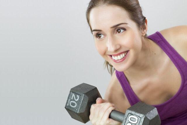 Jakie akcesoria i sprzęty kupić na siłownię